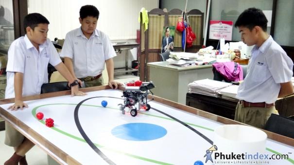 เด็กโรงเรียนภูเก็ตวิทยาลัยคว้าแชมป์ภาคใต้ หุ่นยนต์โอลิมปิก 2557