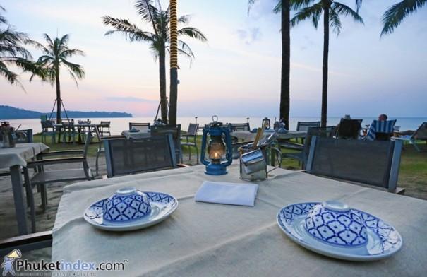 ดื่มด่ำบรรยากาศริมหาด ดินเนอร์สุดโรแมนติกด้วยมื้อค่ำสุดพิเศษที่ เอาท์ริกเกอร์ ลากูน่าภูเก็ต บีช รีสอร์ท