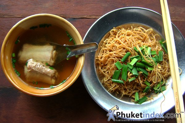 Mee Huhn with pig's bone soup