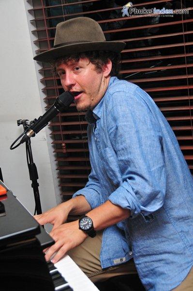 Derrek Wayne – Singer, Songwriter and Self Proclaimed Travelling Pianoman