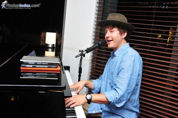 Derrek Wayne – Singer, Songwriter and Self Proclaimed Travelling Pianoman